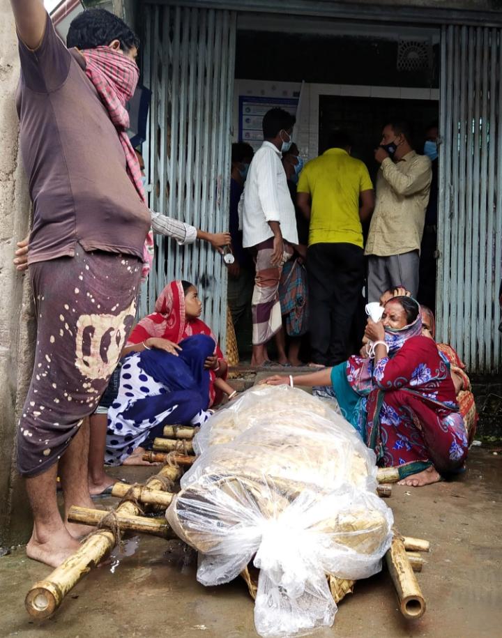 পাওনাদারের লাশ নিয়ে দেনাদারের ঘরের সামনে স্বজনরা