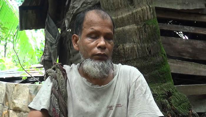 গাছ বেয়ে ৩২ বছর ধরে সংসার চালাচ্ছেন দৃষ্টিপ্রতিবন্ধী কুদ্দুস মোল্লা