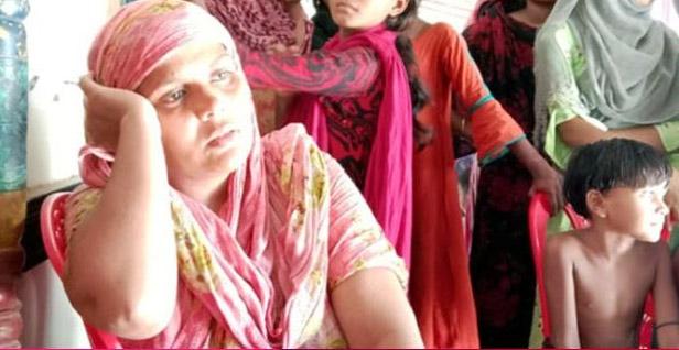পটুয়াখালীতে বিয়ের দাবিতে পাঁচ সন্তানের মায়ের অনশন